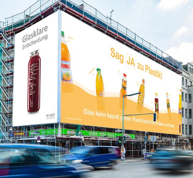 """Plakatkampagne in Deutschland/Österreich: Um auf das Thema """"Plastikverbrauch bei Getränken"""" aufmerksam zu machen, starteten wir unsere """"Anti-Plastik""""-Plakatkampagne. Mehr Infos"""