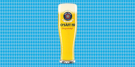 """2020 steht München auf dem Kopf, das Oktoberfest fällt aus! Deswegen erinnern wir – mit der Einführung unserer ersten Limited Ädition """"O'SÄFT is!"""" – daran, dass man auch ohne das größte Volksfest der Welt einen saufen kann, und das sogar ohne Dirndl und Lederhosen! Dafür stellen wir unsere O-SÄFT-Flasche auf den Kopf, machen ein Weißbierglas daraus und stoßen mit Abstand gemeinsam an. Mehr Infos"""